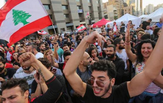 Улицы Бейрута после смертоносного взрыва наполняются протестующими
