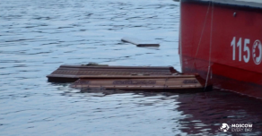В Италии море у Генуи наводнили гробы