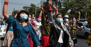 Полицейские Мьянмы стреляли из оружия по протестующим