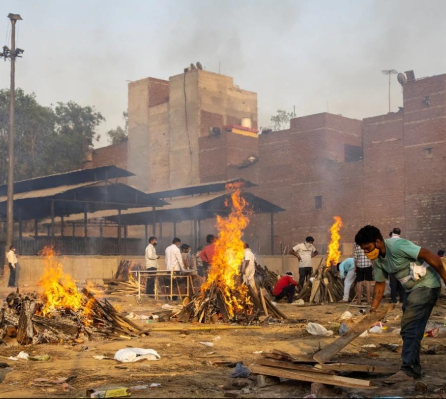 В Индии скончавшихся от коронавирусной инфекции людей сжигают в парках